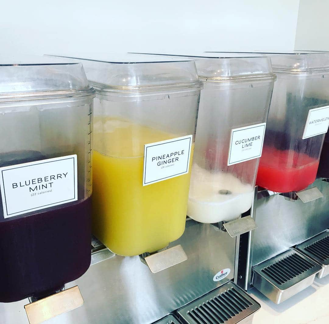 This Agua Fresca @crispandgreen in the N Loop is making me really happy right now! I love how they have so many flavors and the calorie counts are clearly labeled. Also no caffeine which is a nice change from ice tea. #minnesotasummer #weeklydish #stephaniesdish #makersofmn #eatdishdrinkmpls #northloopmpls #foodie #minnstagramers