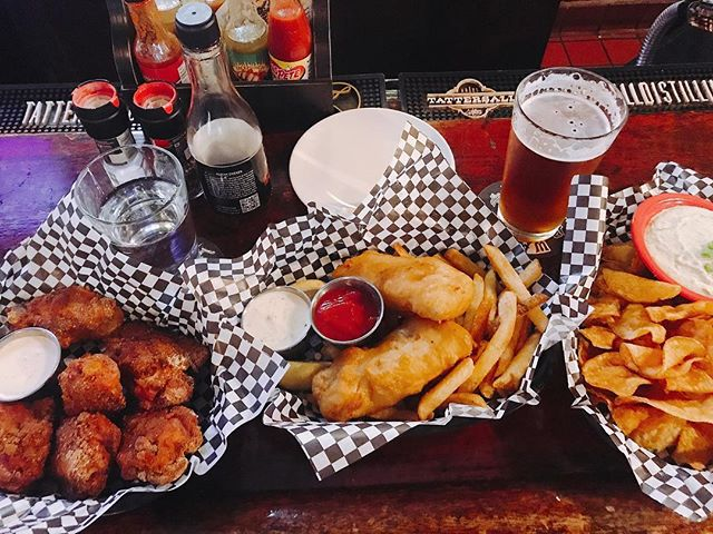 Post race #chipsanddip #fishandchips #chickenwingthighs doing it right with #summitbeer #oktoberfest #sundaystyle @brunsonspub I love their dry rub chicken thighs! So much more flavor and meat than a wing! . . . #weeklydish #weeklydishmn #brunsonspub #brunsons #stephaniesdish