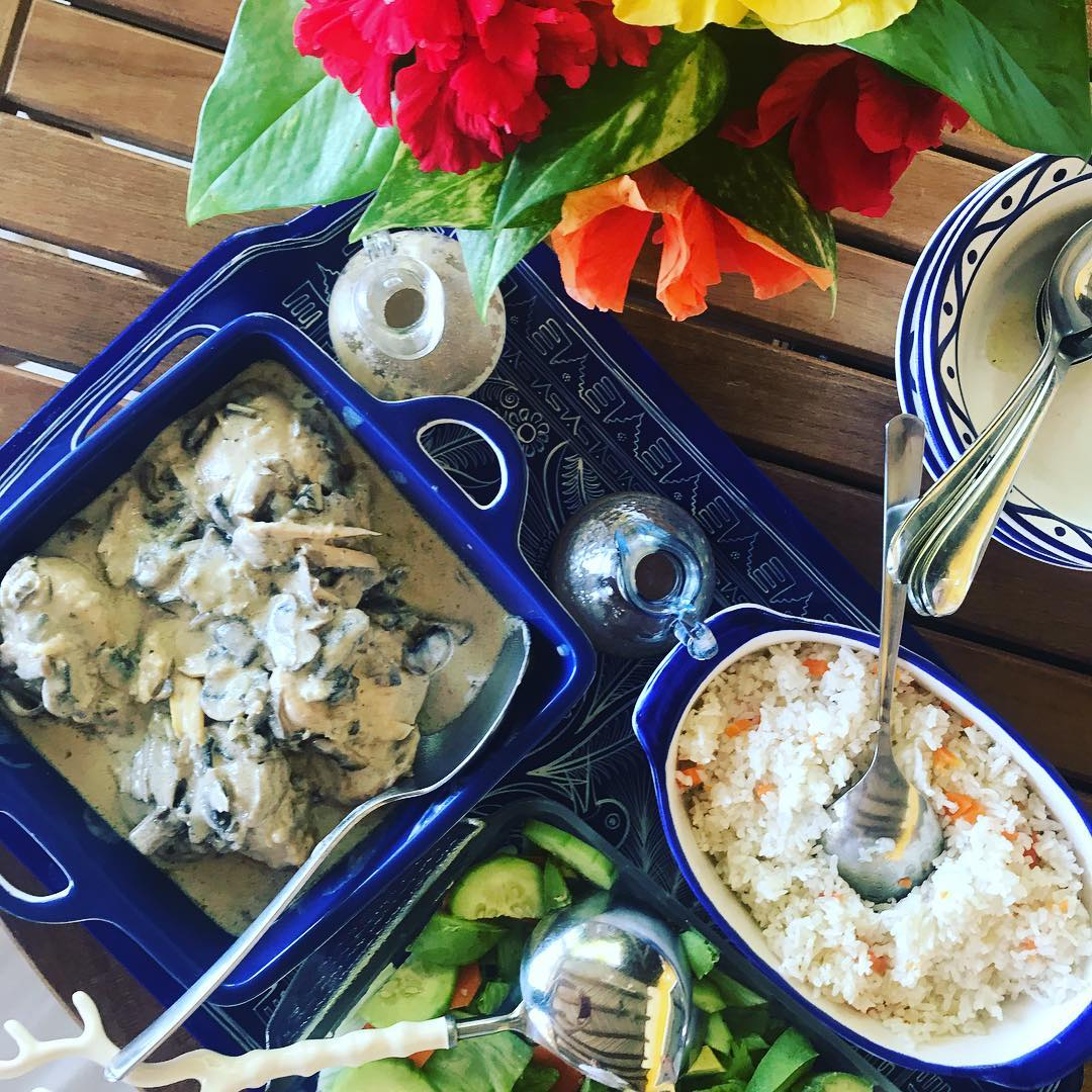Chicken with mushroom cream sauce, rice and salad with plenty of avocado. #mexicanlunch . . . #ixtapa #ixtapazihuatanejo #stephaniesdish  #mexicancooking #weeklydish